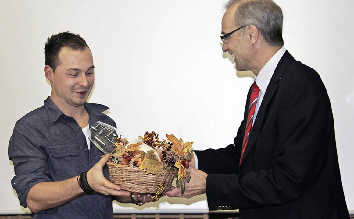 Philipp Kiefer (links) wurde jetzt im ...bester Jungwinzer Deutschlands geehrt.    Foto: Sabine Model