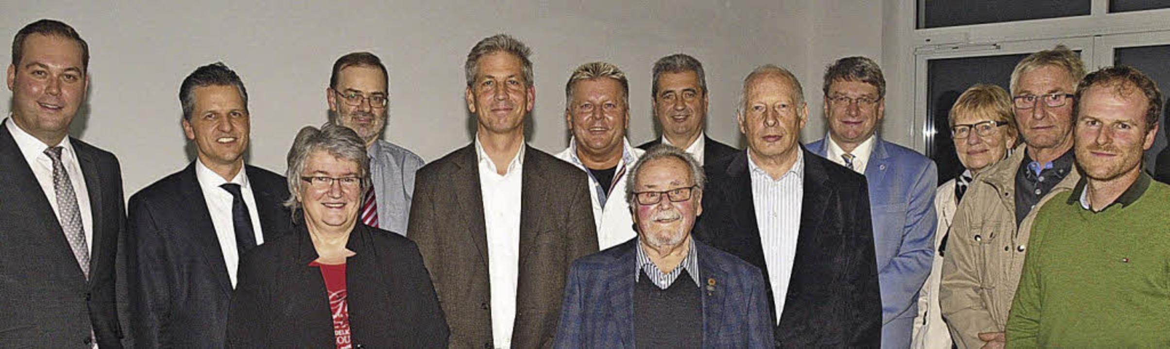 Festgäste mit Geehrten (von links): Fe...rner Pfeifer und Claudius Rautenberg.   | Foto: Stefan Pichler