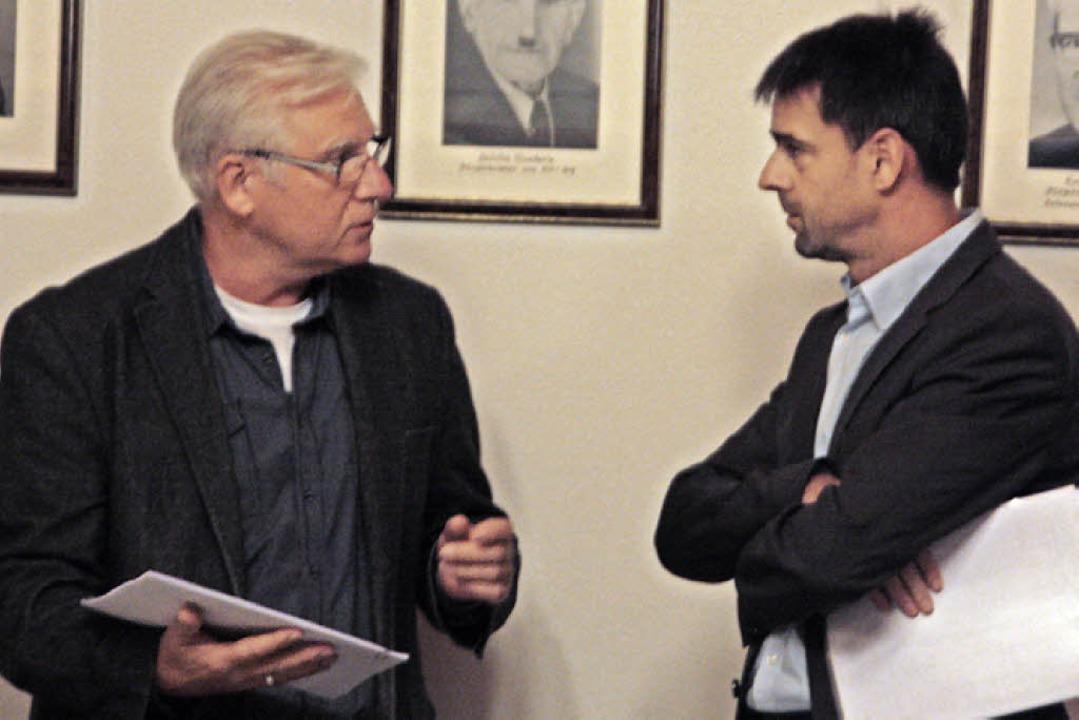 Ortsvorsteher Fred Thelen (links) beka... eine Unterschriftenliste überreicht.     Foto: Jörn Kerckhoff