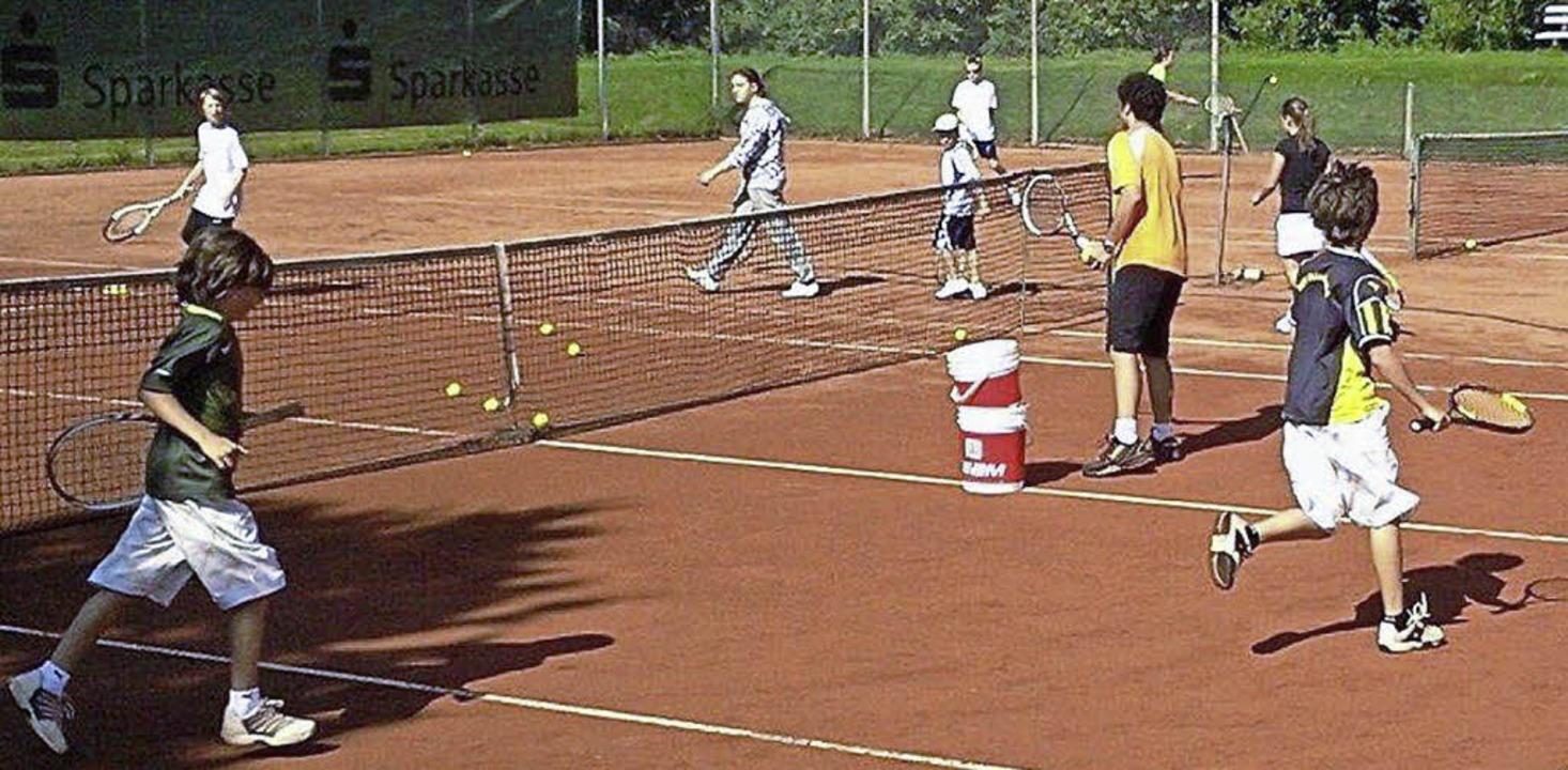 Spaß auf dem Platz haben die  Teilnehmer des Tenniscamps.   | Foto: privat