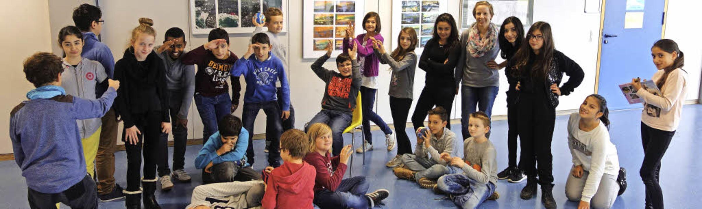 Schüler der Realschule beschäftigen sich spielerisch mit den Kinderrechten.     Foto: Privat