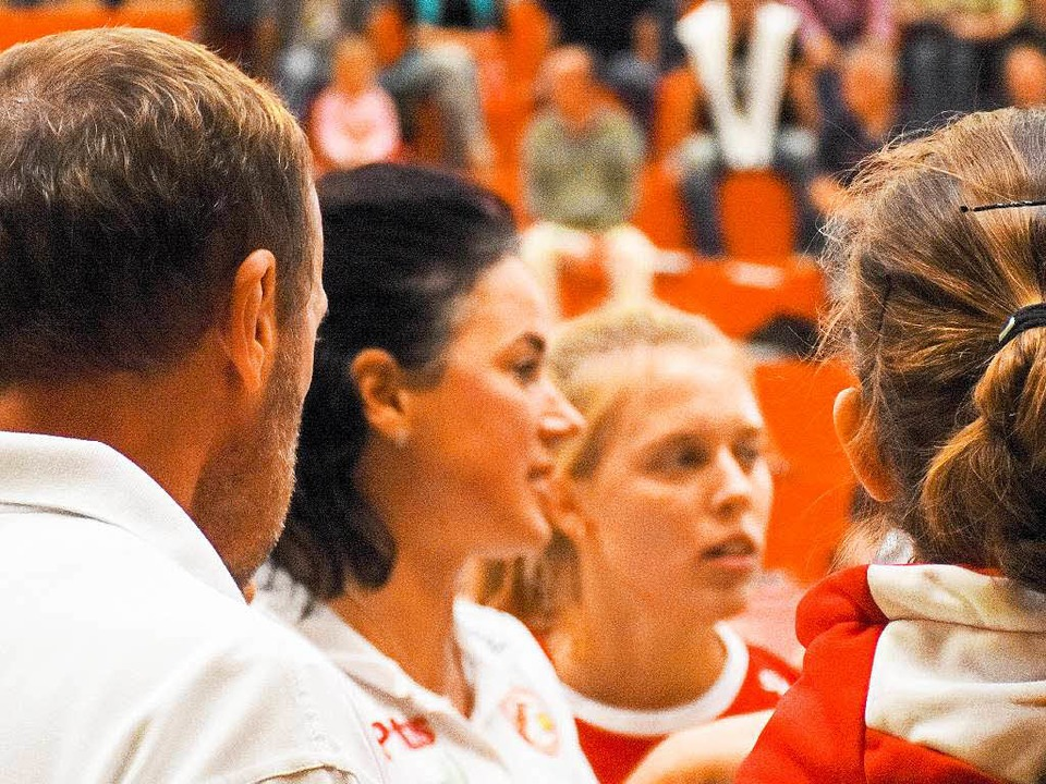 Tanja Scheuer (Mitte), die Trainerin d...igiert ihr Team (hier ein Archivbild).  | Foto: Sebastian Köhli
