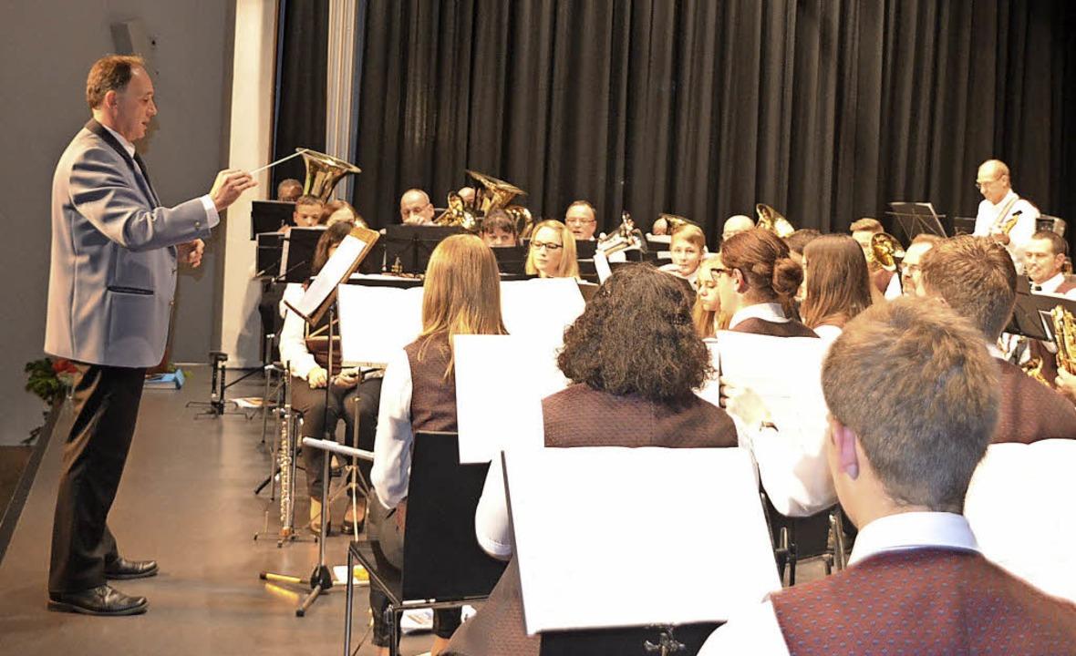 Der Musikverein Niederhausen beim Jahr...ainer Gitzinger und  Herbert Schwörer.  | Foto: Jörg Schimanski