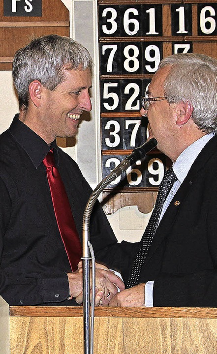 Mit viel Gesang feierte der Chor Tempo...s) ernannt. Dieter Kassa gratulierte.   | Foto: Sabine Model