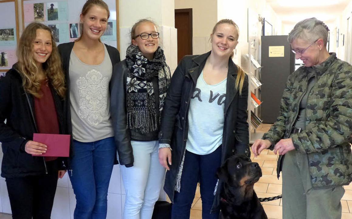 Die Schülerinnen Lea Steurenthaler, Mi... übergaben die Spende an das Tierheim.    Foto: Schule