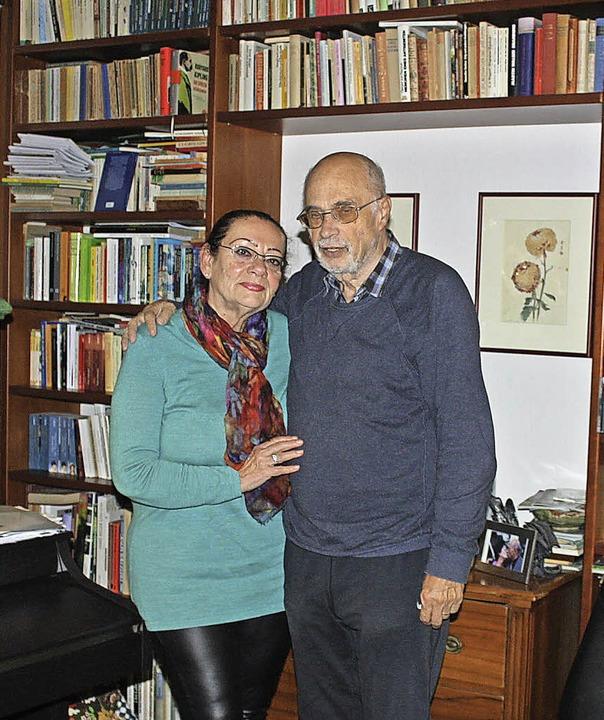 Das Schriftsteller-Ehepaar Karla und Jörg Weigand in ihrem Haus in Staufen.  | Foto: Hans Jürgen Kugler