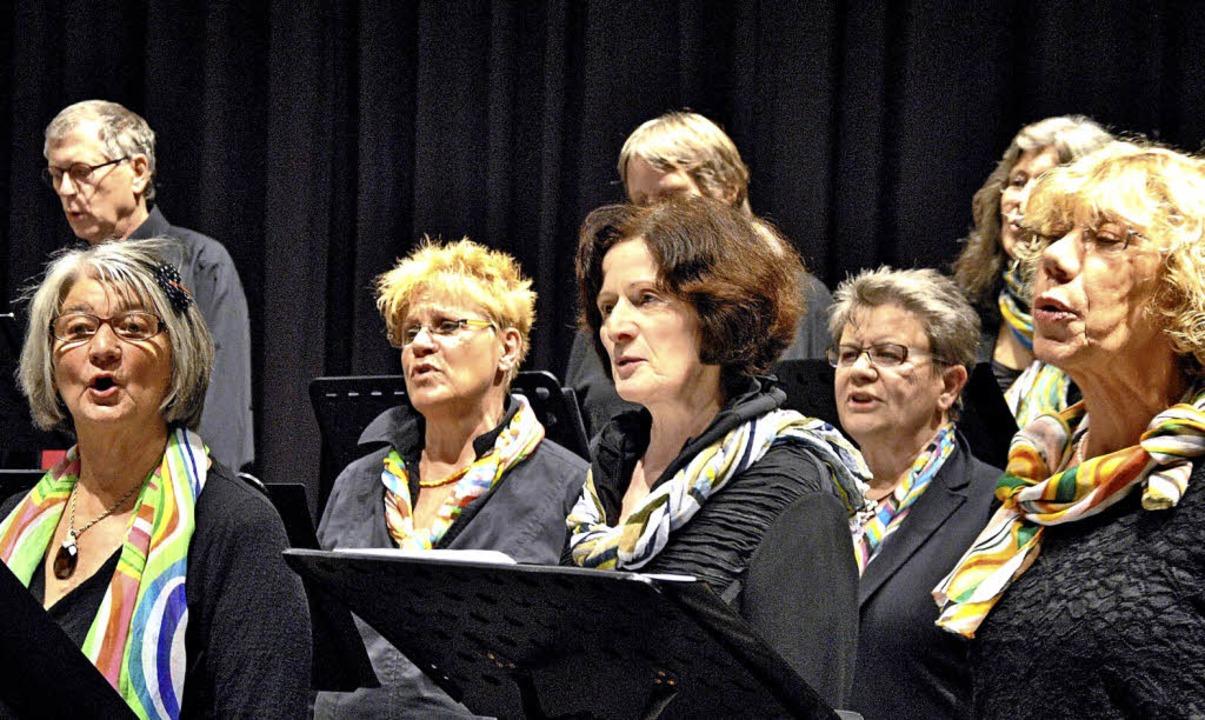Konzentriert und stimmgewaltig sangen ...ereins im Saal des Merzhauser Forums.   | Foto: Ralph Fautz