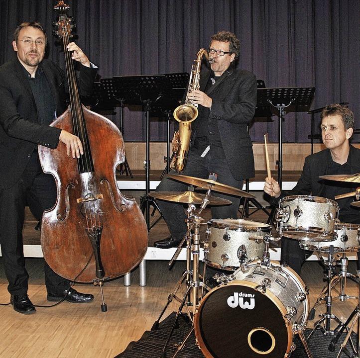 Markus Lechner (Bass), Stephan Oberlän...(Schlagzeug) bereicherten das Konzert.  | Foto: ralph fautz