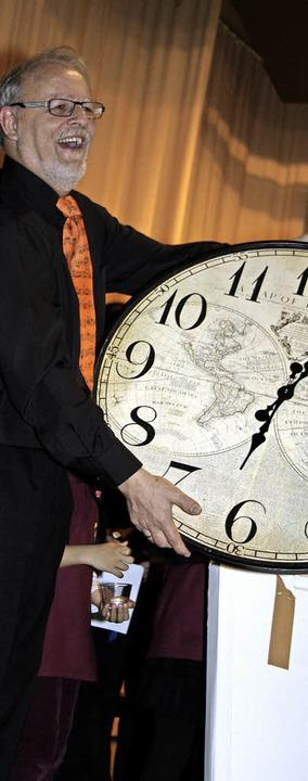 Chorleiter Michael Asal erhielt bei  d...läumsfeier einen riesigen  Zeitmesser.  | Foto: Andreas Böhm