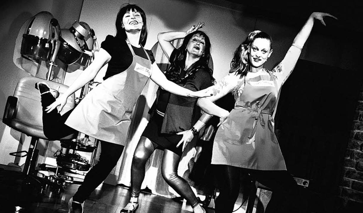 Jenna Benos, Claudia Sütterlin und Tanja Dünki im Frisörsalon     Foto: promo