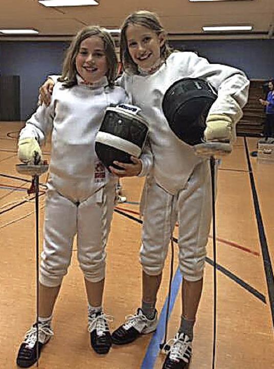 Philine Kaltenbach (rechts) und ihre Freundin Paula stehen aufs Fechten.   | Foto: Privat