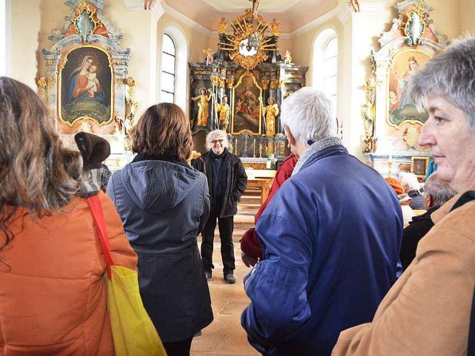 Eddy Weeger (Mitte) berichtet aus der Geschichte der Berghauser Kapelle.    Foto: Andrea Gallien