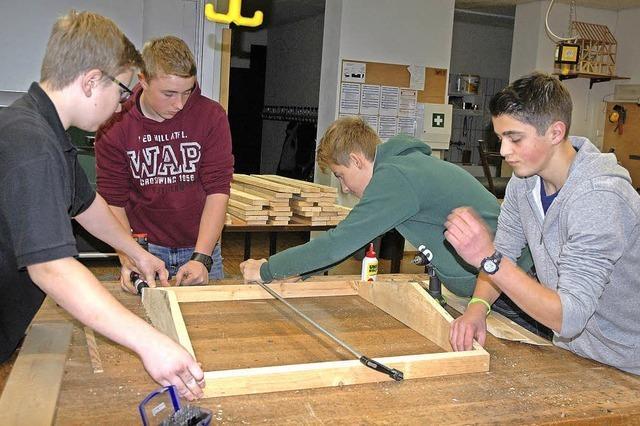 Schüler werken für den Sanagarten