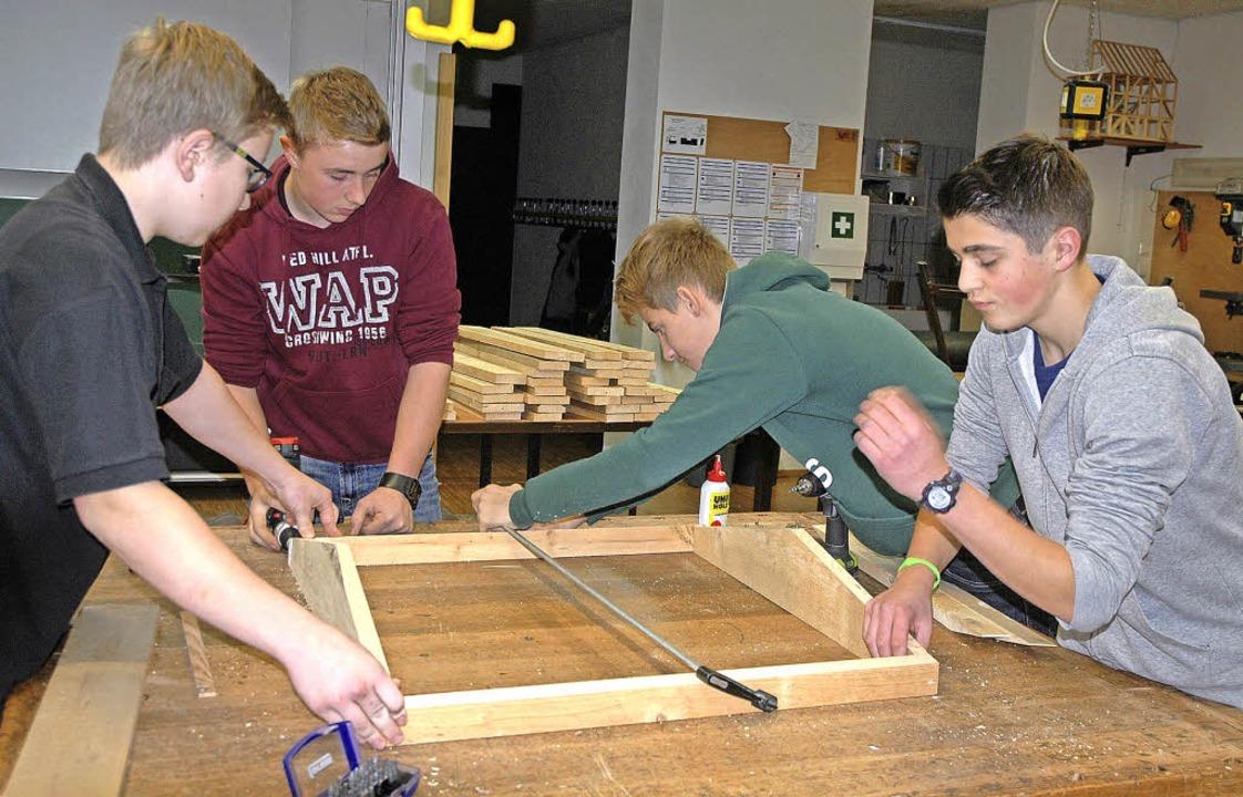 Teamwork war gefragt beim Zusammenbaue...n der Doppelstunde zahlreiche Dächer.   | Foto: Christiane Sahli