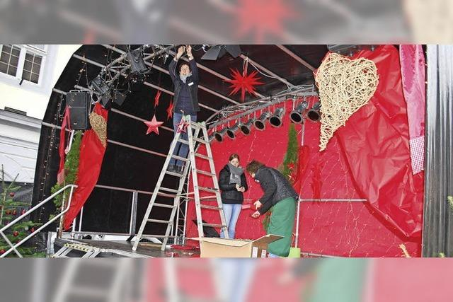 Letzte Vorbereitungen für den Weihnachtsmarkt