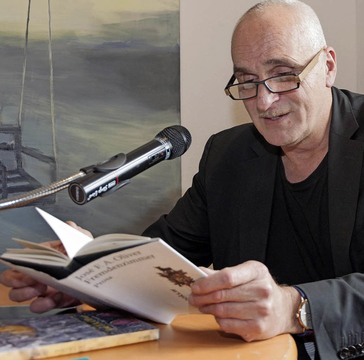 "José F. A. Oliver las im Georg-Scholz-...nem Buch ""Fremdenzimmer"".   | Foto: Helmut Rothermel"
