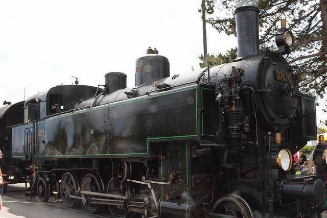 Ein 18-jähriger Heizer befeuert die Kandertalbahn