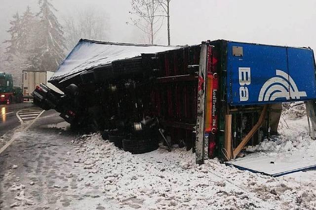 40-Tonner stürzt im Höllental um – Bergung wird Stau verursachen