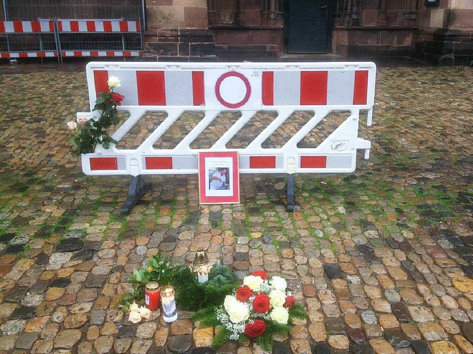 Auf dem Münsterplatz erinnerten die Ma...tag mit Blumen an Paul Karle-Hämmerle.    Foto: Joachim Röderer