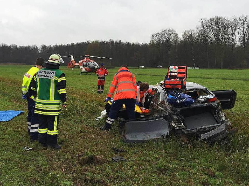 Im Rettungshubschrauber wurde ein  sch...r Autofahrer in eine Klinik geflogen.   | Foto: Feuerwehr