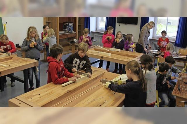 Schüler lernen den Umgang mit Werkzeug