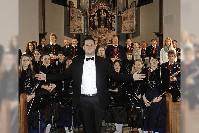 Blasmusik erfüllt die Kirche