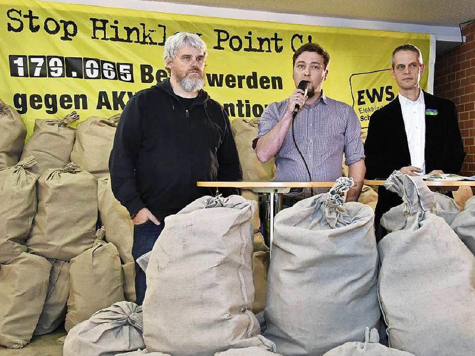 Säckeweise Beschwerden gegen das gepla...chönau), Reinhard Uhrig (Global 2000).  | Foto: Michael Bamberger