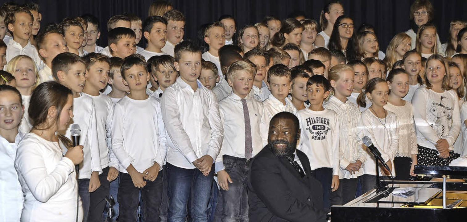 Jeweils rund 120 Schüler  der Hugo-Höf...nten Gospelsänger  Freddy Washington.     Foto: Jochen Voigt