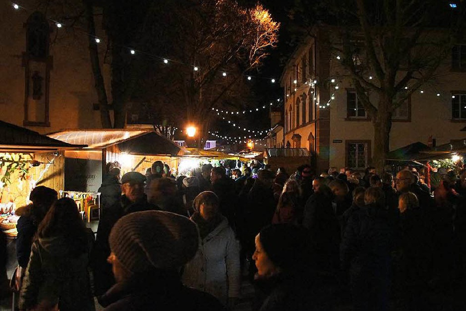 Weihnachtsmarkt in Kenzingen: Stimmungsvolles Ambiente am Samstagabend auf dem Kirchplatz (Foto: Ilona Huege)