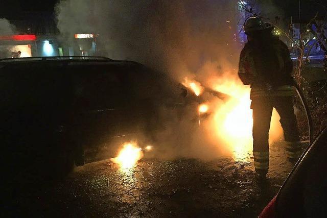 Drei Autos brennen aus