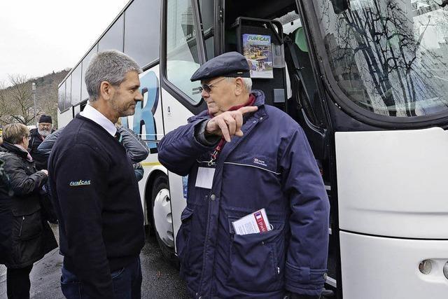 Pensionierte Busfahrer regeln zu Spitzenzeiten das Bus-Parken in Freiburg