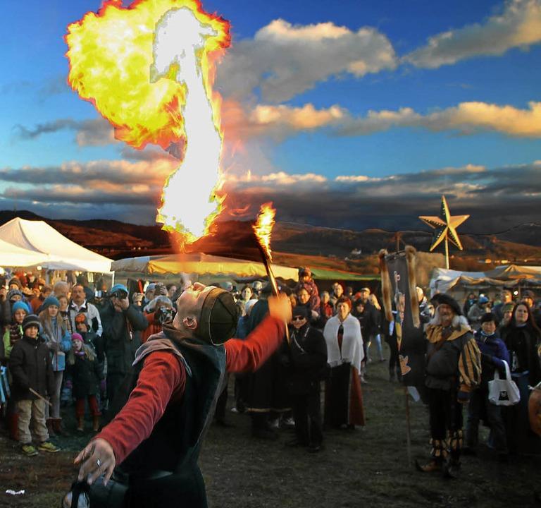 Viel Bewunderung erntete der Feuerspuc...hrung bei den  zahlreichen Zuschauern.  | Foto: Herbert Trogus