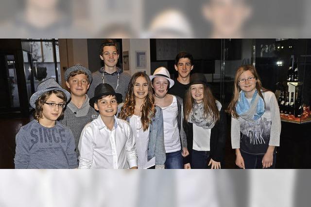 Junge Musiker spielen und singen sich in die Herzen ihrer Zuhörer