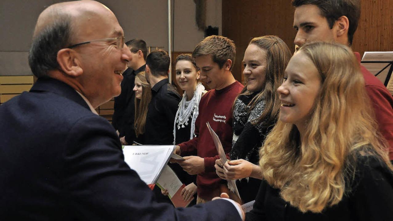 AMV-Präsident Peter Hässler freut sich...eichen in Gold auszeichnen zu dürfen.   | Foto: Daniel Gramespacher