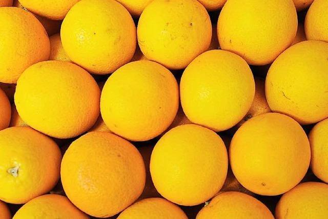 Erntehelfer spenden Orangen aus überladenem Transporter