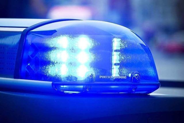 Langholztransporter kippt nach Unfall auf der A5 um