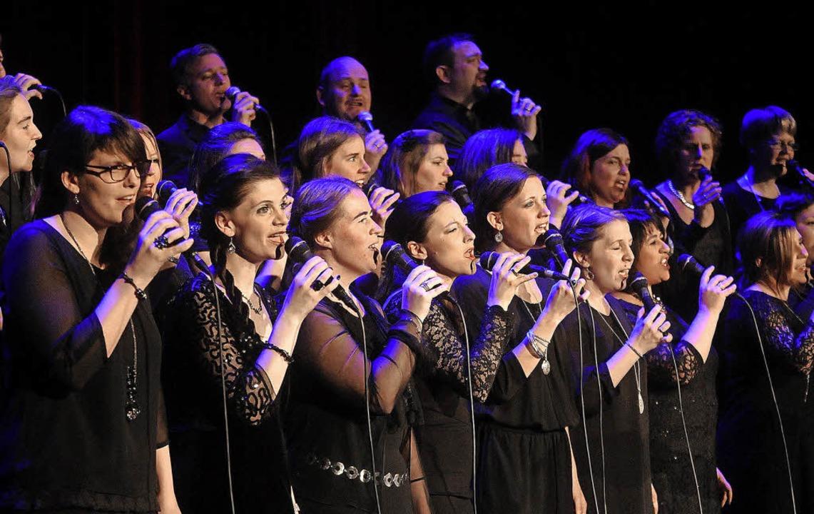 Die Golden Harps begeistern mit modernen Gospel-Stücken.  | Foto: WOLFGANG KÜNSTLE