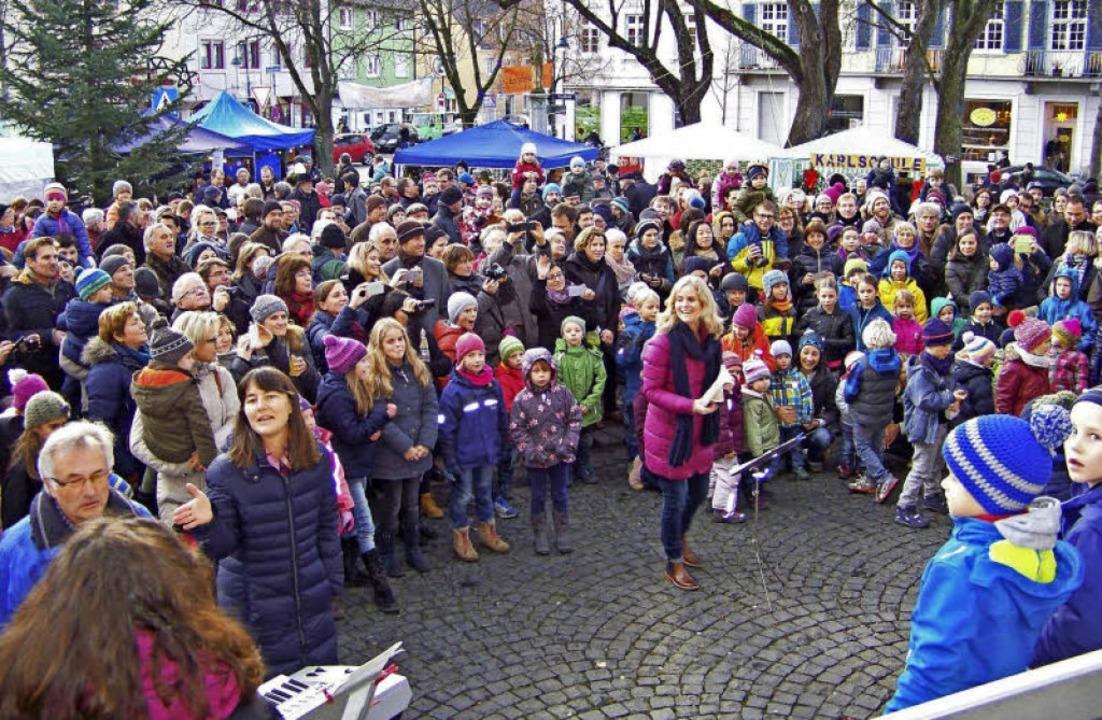 Die musikalischen Programmbeiträge fan...ermer Kirchplatz ein großes Publikum.   | Foto: Hans Sigmund