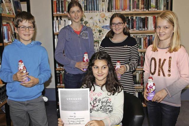 Junge Bücherwürmer im Lesefieber