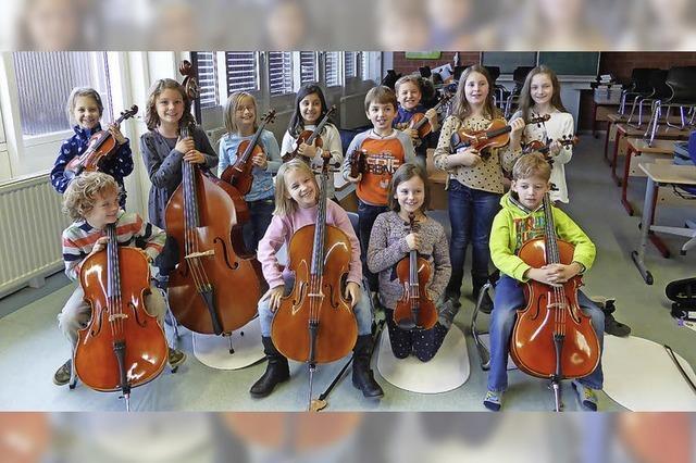 Vierzig junge Streicher sowie die Singwerkstatt der städtischen Musikschule in Müllheim