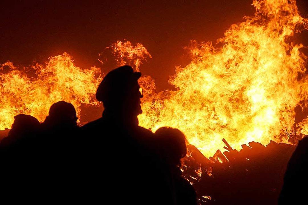 Weithin sichtbar war die Flammenwand, ...er am Donnerstagabend entzündet haben.  | Foto: Alexander Huber