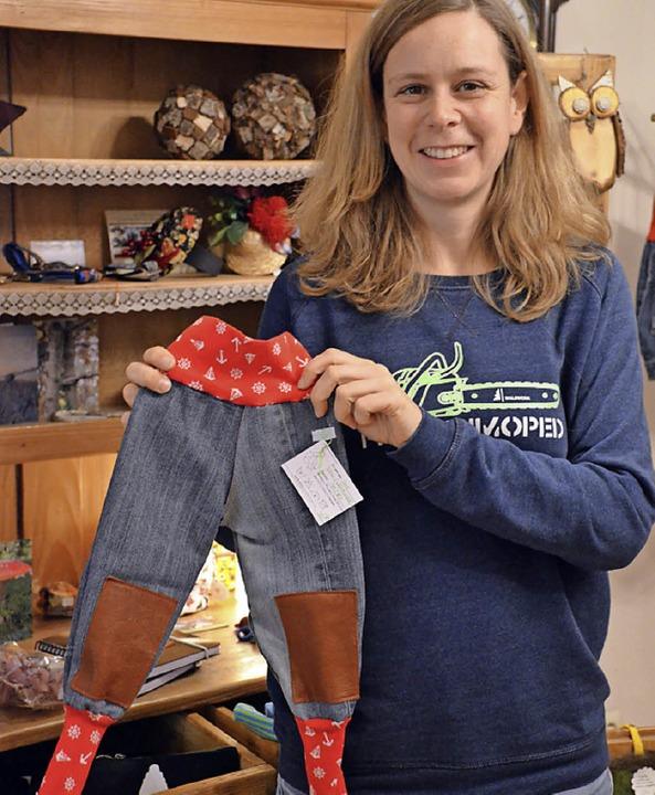 Anne Thorand mit einer upgecycelten Kinderhose  | Foto: G.Hennicke