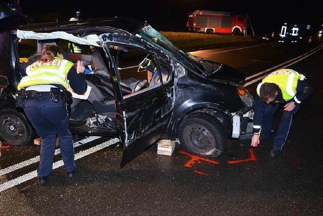 Schwerer Unfall auf der B 31, Straße gesperrt