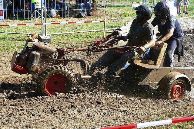 Spaß im Matsch: Die Formel 1 der Mini-Traktoren