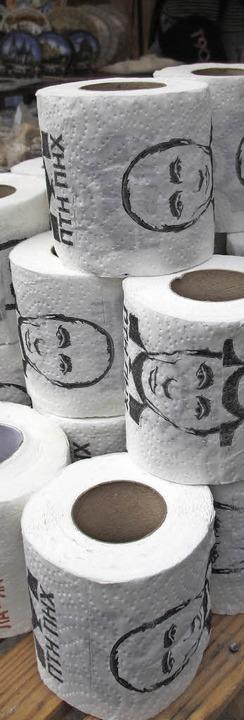 Bizarres Detail: Putin-Klopapier auf einem Markt  | Foto: Niklas Arnegger