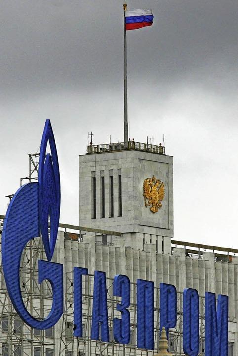 Staatsnähe: Gazprom-Logo vor dem russischen Regierungssitz   | Foto: AFP