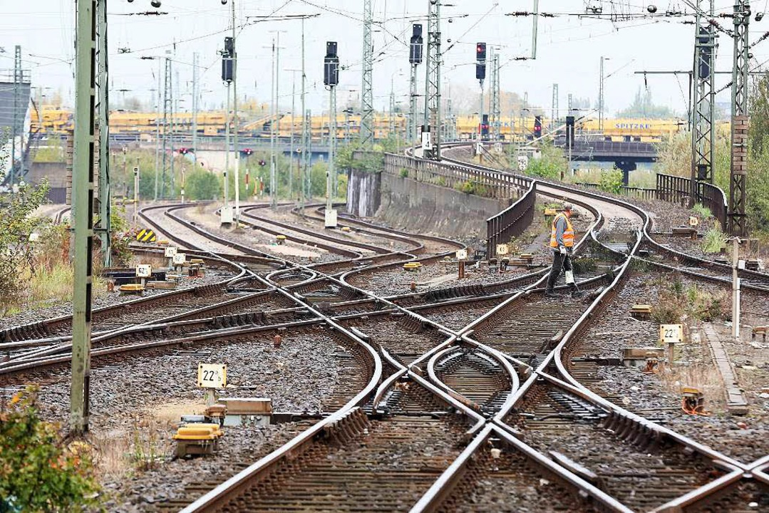 Wann kommt welcher Zug? Das ist im Fahrplan geregelt.  | Foto: dpa