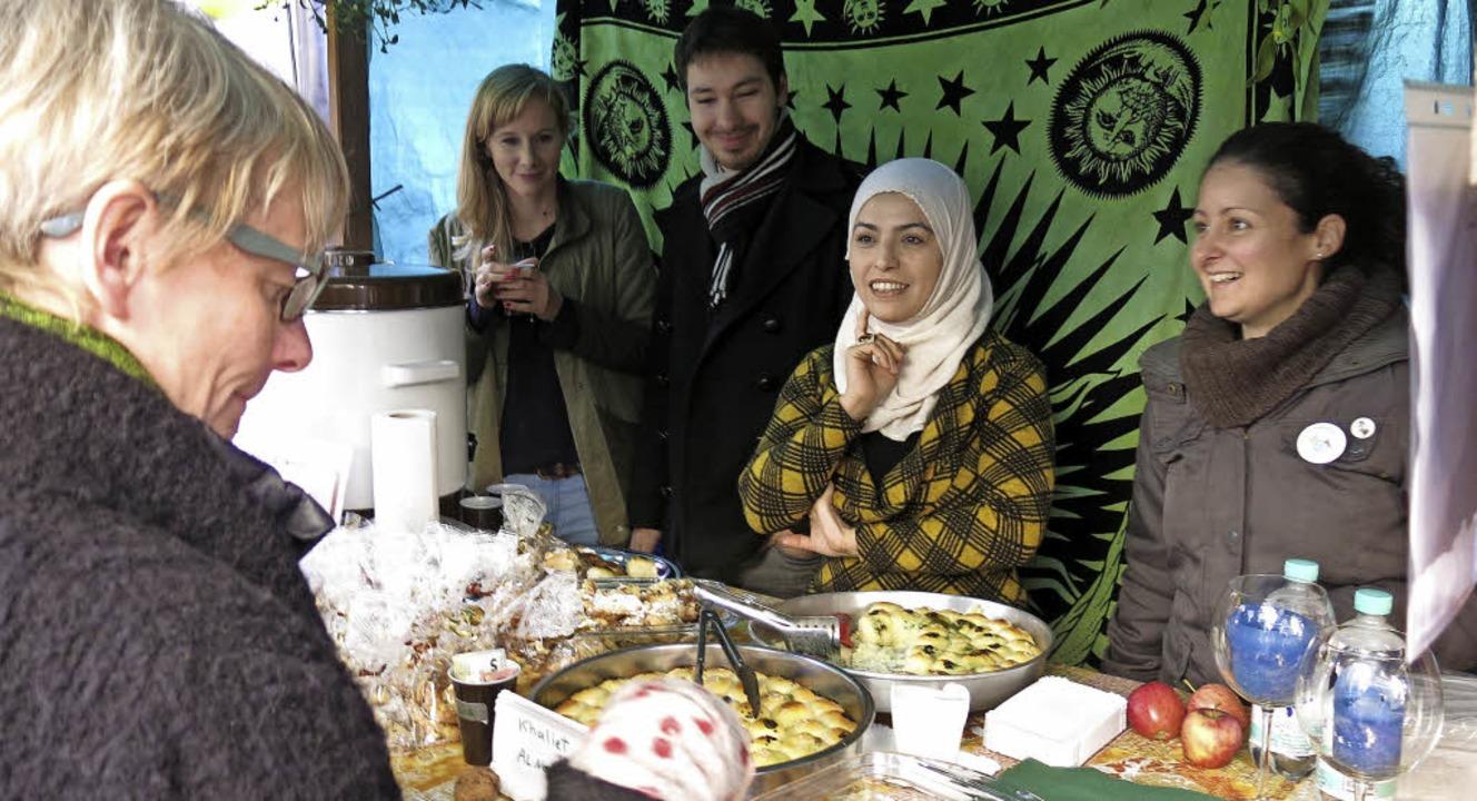 Weihnachtsmarkt mit dem Café International  | Foto: Georg Voß