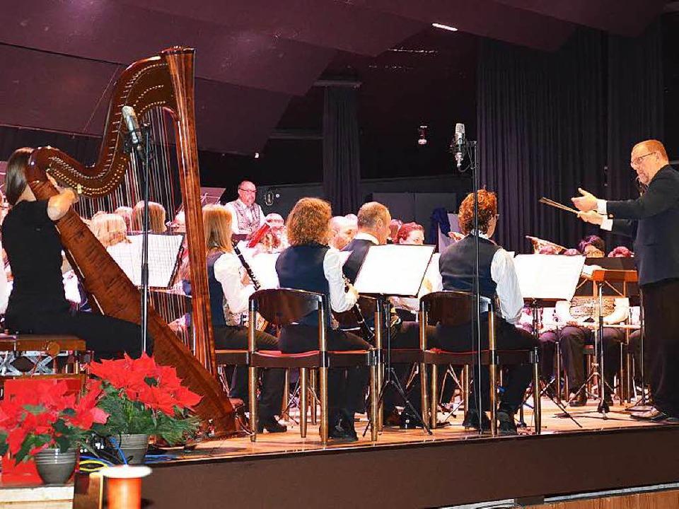 Die Stadtmusik mit Dirigent Götz Ertle.  | Foto: Christian Wehrle