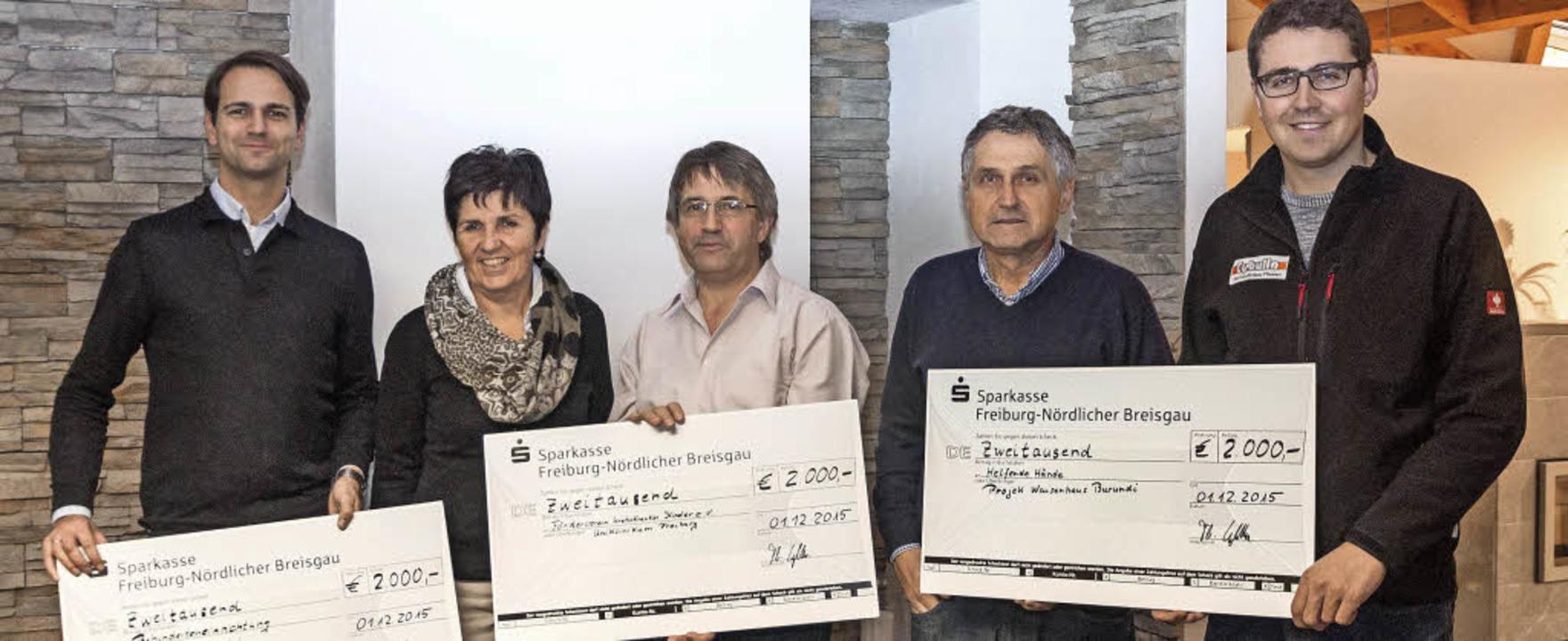 Spendenübergabe in den Räumen der Firm...Thomas und Niklas Cybulla (von links).  | Foto: Helmut Rothermel